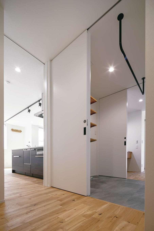 玄関から手洗い、洗面脱衣室、浴室、部屋干しスペース、ウォークスルークローゼット、キッチンへとつながる回遊動線。1階で生活を完結できるので老後もラクラク