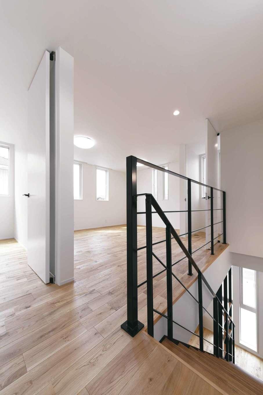 家族構成やライフスタイルの変化に柔軟に対応できるよう、可変性をもたせた2階ホール。ご主人の書斎も確保した