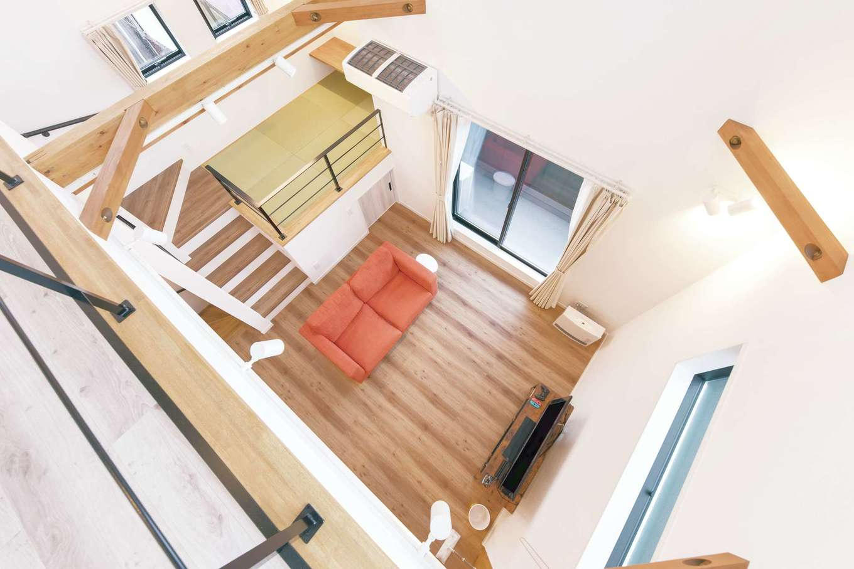 リビングの畳コーナーは多層空間®を採用して、下部に収納スペースも確保。奥さまが洗濯物を畳んだり、ご主人がパソコンを使ったりと日常の暮らしの中で活躍する