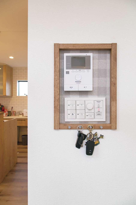 目的に応じたニッチも多用。リビングではインターホンと照明のスイッチをニッチ内に収め、鍵をかけるフックも取り付けた