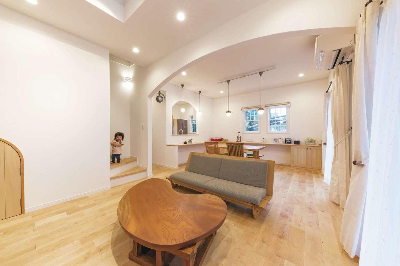 ハートホーム【輸入住宅、自然素材、間取り】吹抜けから燦々と光が降り注ぐ明るいリビング。カバザクラの床と珪藻土の塗り壁で構成された室内は、夏はサラッと涼しく、冬はほんのり暖かい。大きなR、小さなRを織り交ぜた空間はホッとくつろげる