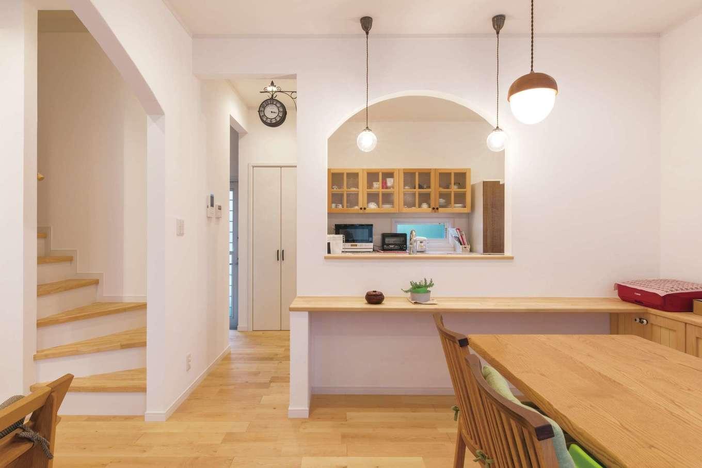 ハートホーム【輸入住宅、自然素材、間取り】家族がどこにいても見渡せる位置にキッチンをレイアウト。子どもがママに「ただいま」を言ってから2階に上がるリビング階段もマストアイテム。奥さまがセレクトした照明や雑貨が暮らしを彩る