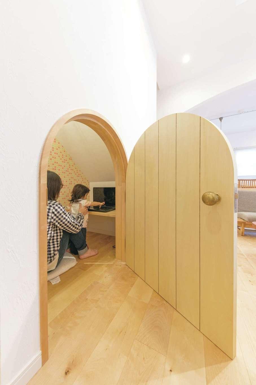 ハートホーム【輸入住宅、自然素材、間取り】階段下のスペースを上手に活かした奥さまの「おこもり部屋」