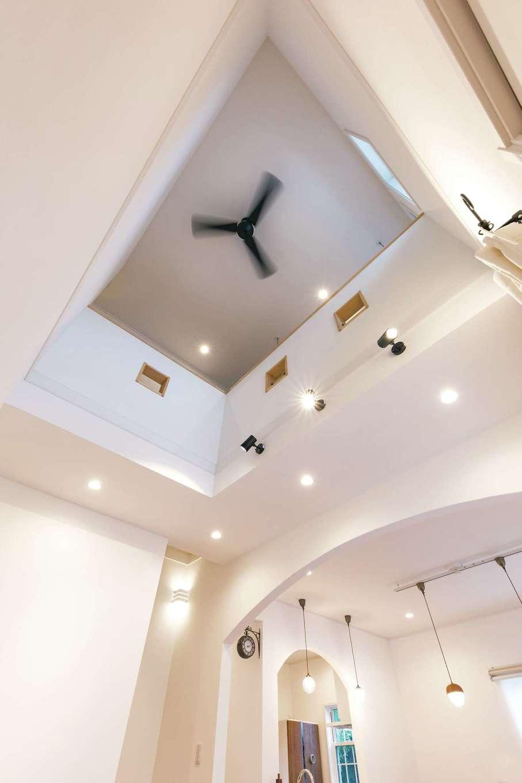 ハートホーム【輸入住宅、自然素材、間取り】調湿効果の高い自然素材を贅沢に使い、W断熱を施したことで高い断熱と気密性能を発揮。これほど大きな吹抜けがあっても冷暖房効果を逃さず年中快適に過ごせる
