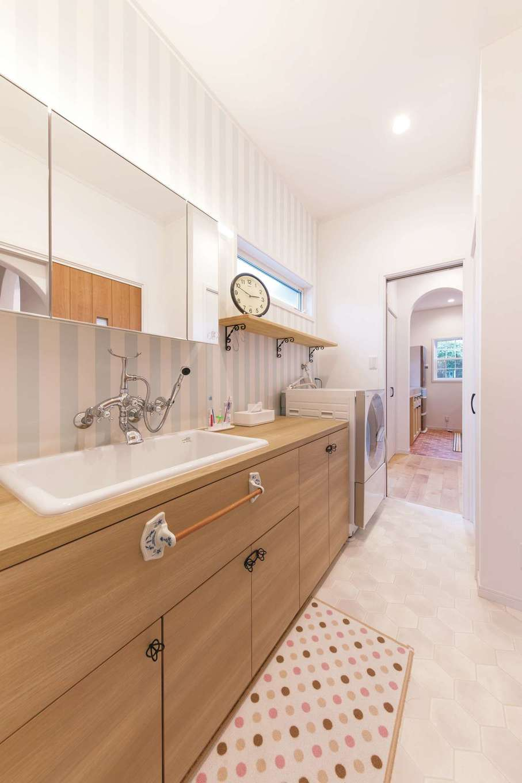 ハートホーム【輸入住宅、自然素材、間取り】玄関からもキッチンからもアクセスできる回遊性の高い洗面脱衣室