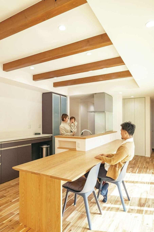 低燃費住宅 静岡(TK武田建築)【子育て、省エネ、平屋】キッチンと一体化した造作のダイニングテーブル