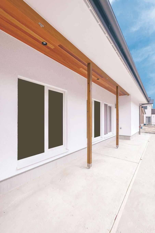 低燃費住宅 静岡(TK武田建築)【子育て、省エネ、平屋】深い軒が夏の直射を遮り、冬の陽だまりを室内へ導く