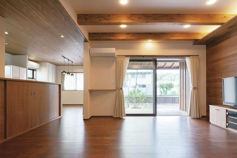 小玉建設【デザイン住宅、和風、省エネ】塗り壁と無垢板のシンプルで清々しいLDK。リビングは天井を上げて空間にメリハリを