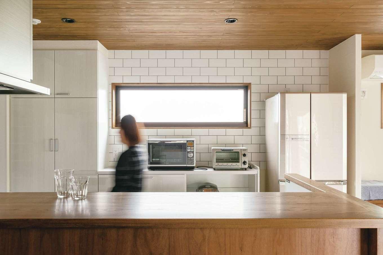 小玉建設【デザイン住宅、和風、省エネ】東面の採光窓は奥さまの背の高さに合わせて配置。高めのカウンターは収納もたっぷり
