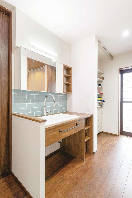 小玉建設【デザイン住宅、和風、省エネ】脱衣室の手前に設けたユーティリティスペース。奥の勝手口から物干し場へ直結。取り込んだ洗濯物がすっきり収納できる
