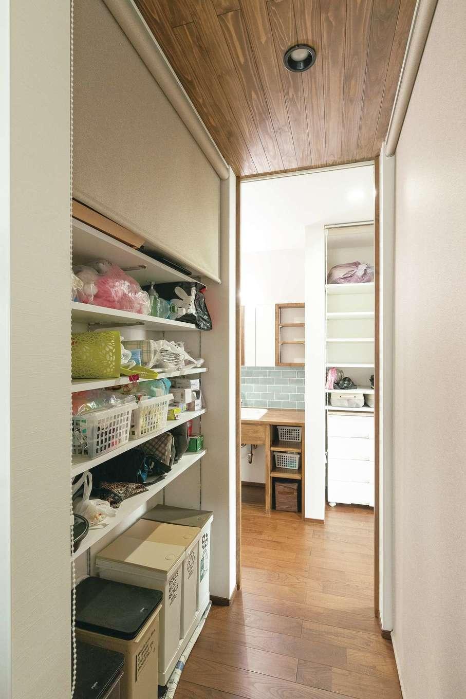 小玉建設【デザイン住宅、和風、省エネ】キッチン通路の両側にパントリーを設置。洗面室に繋がる