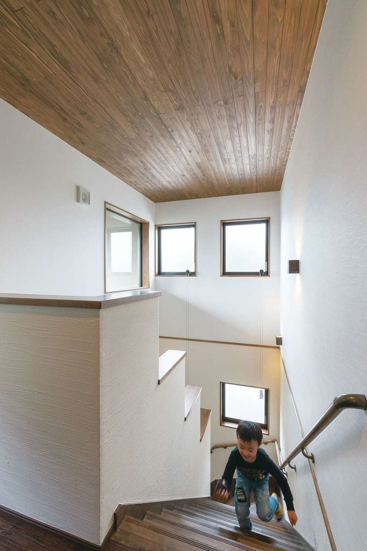 小玉建設【デザイン住宅、和風、省エネ】吹き抜けのホールは開放感にあふれ、高窓から採光もたっぷり取り込んでいる