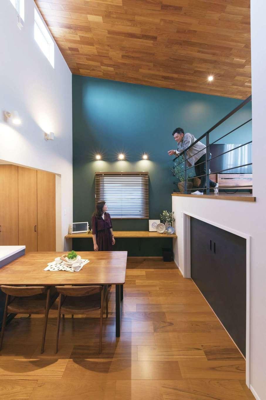 静鉄ホームズ【デザイン住宅、省エネ、間取り】ブルーグリーンの壁が大人の落ち着いた空間を演出。勾配天井は本物の板張りが上質感を醸し出す。窓際には、将来子どものスタディコーナーにするためのカウンターを付けた