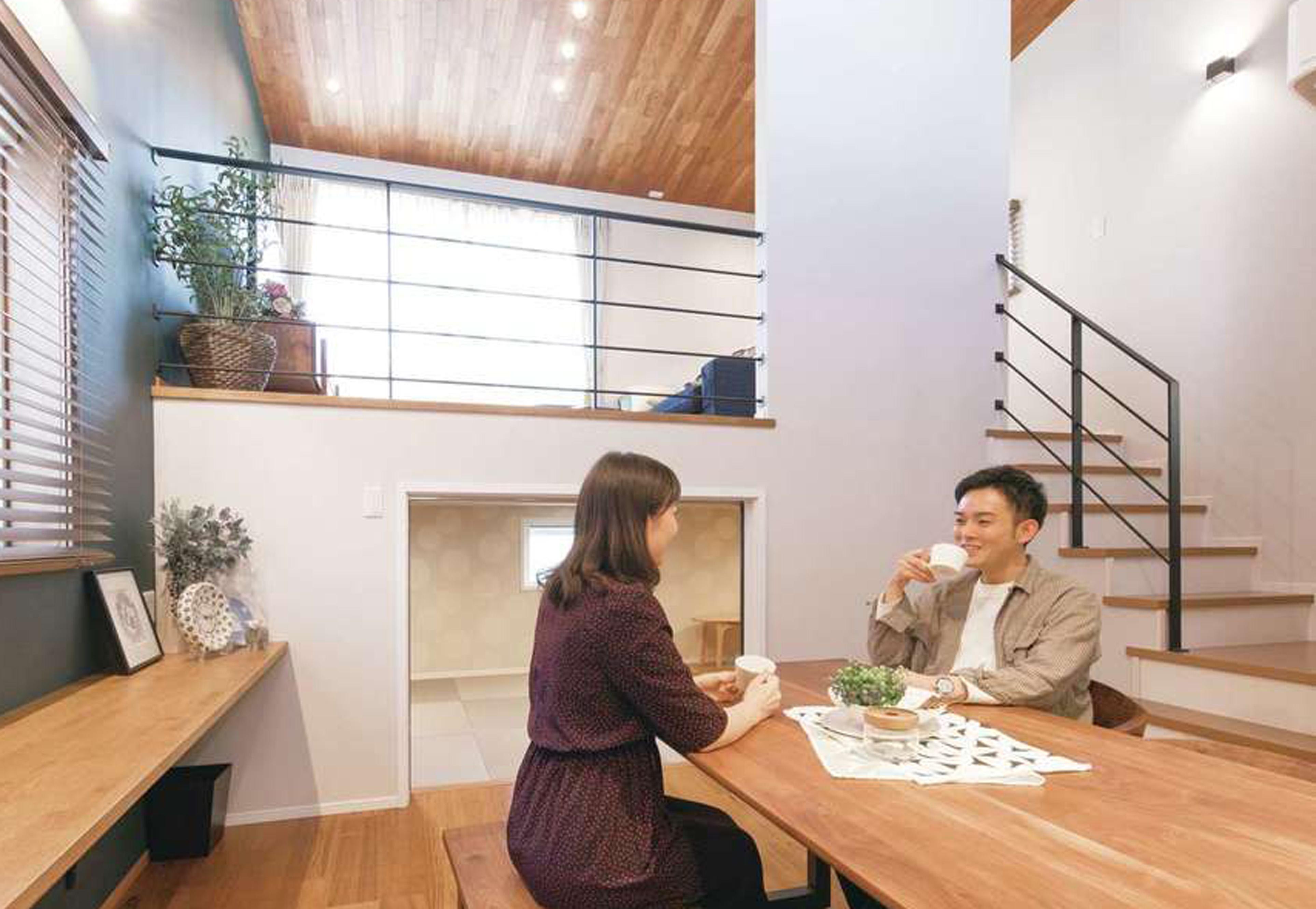 静鉄ホームズ【デザイン住宅、省エネ、間取り】キッチンと横並びのダイニングは高天井で開放感満点。スキップフロアの下は収納として活用