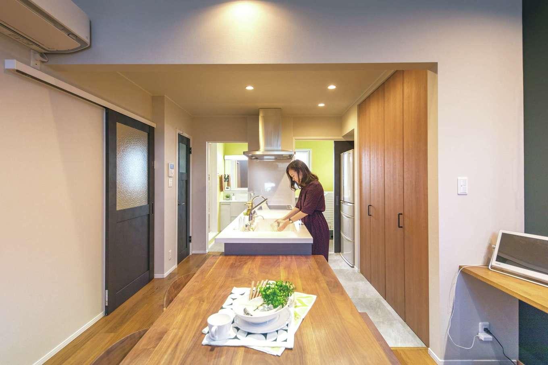 静鉄ホームズ【デザイン住宅、省エネ、間取り】キッチンの奥が洗面室。短い動線で家事ラクを実現