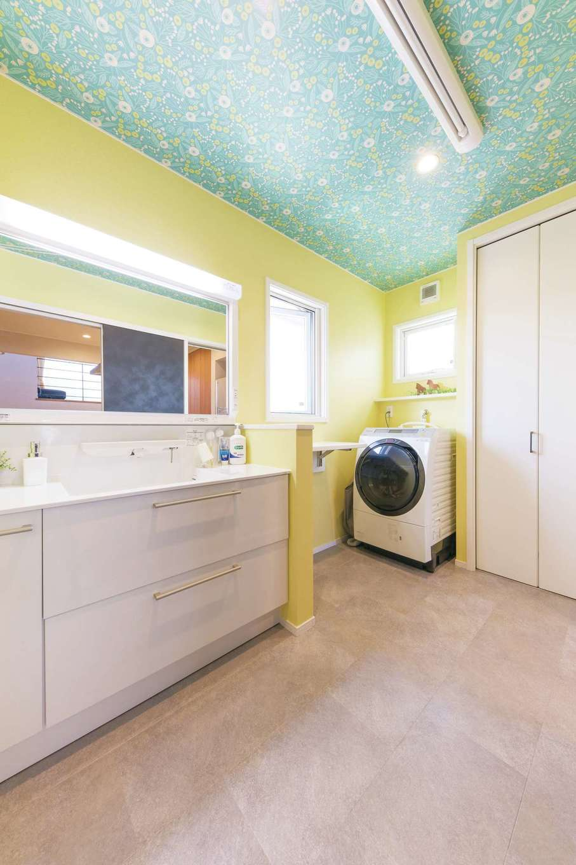 静鉄ホームズ【デザイン住宅、省エネ、間取り】北側の洗面室はイエローの壁で明るく。天井は外国製の柄クロスをチョイス