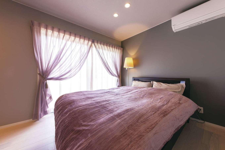 静鉄ホームズ【デザイン住宅、省エネ、間取り】グレー&パープルで品良くまとめた寝室は静岡の展示場をお手本にしたのだそう