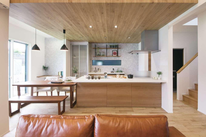 静鉄ホームズ【デザイン住宅、収納力、間取り】奥行きが深いタイプを選んだアイランドキッチン。「広くて作業しやすく、料理を作るのが楽しくなった」と奥さま
