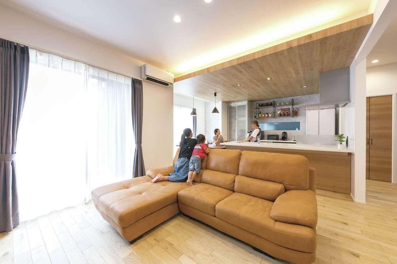 静鉄ホームズ【デザイン住宅、収納力、間取り】ナラの無垢材を使ったフローリングの肌触りが心地良いリビング。キッチン〜ダイニングを回遊できる造りで、スムーズな家事動線を確保している