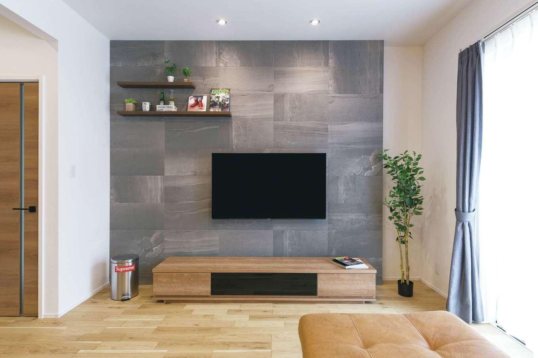 静鉄ホームズ【デザイン住宅、収納力、間取り】テレビ背面の壁は、一面にエコカラットを採用