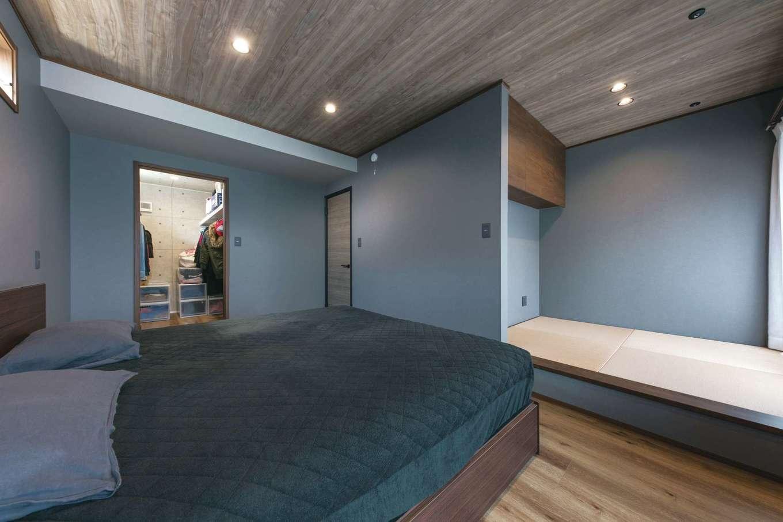 静鉄ホームズ【デザイン住宅、収納力、間取り】2階にある主寝室にも小上がりの畳スペースを設置。バルコニーから洗濯物を取り込み、ここで畳めるのが便利