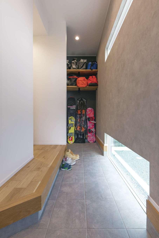 静鉄ホームズ【デザイン住宅、収納力、間取り】玄関のドアを開けると、正面に土間収納があるためボードの出し入れもラクに