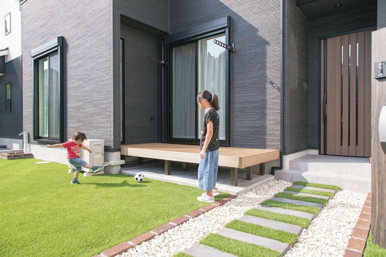 静鉄ホームズ【デザイン住宅、収納力、間取り】子ども達が遊べる庭も夫妻の希望。リビングの掃き出し窓からウッドデッキを介しても庭へ出られる造り