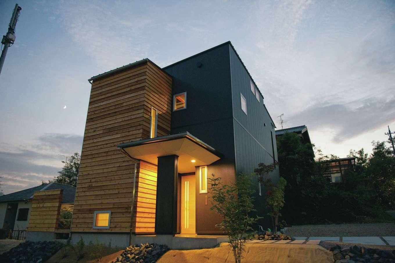 m+h(エムアンドエイチ)建築設計スタジオ【デザイン住宅、狭小住宅、建築家】黒いガルバリウムとレッドシダーが絶妙に調和している。建ぺい率30%、容積率50%という厳しい建築条件にもかかわらず、建築家の設計力により、家族4人が快適に暮らせる家が完成した。