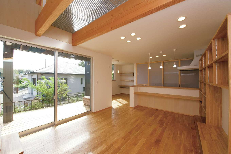 m+h(エムアンドエイチ)建築設計スタジオ【デザイン住宅、狭小住宅、建築家】外と中のつながりを感じる開放的なLDK。天井の一部にグレーチングを採用したことで、2階の空間を無駄にすることなく光も1階に行き渡る。タモ材の床の経年変化も楽しみ