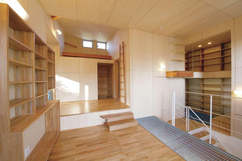 m+h(エムアンドエイチ)建築設計スタジオ【デザイン住宅、狭小住宅、建築家】多趣味なご主人の本やグッズを収納するために、大容量の収納棚を壁に造りつけた。段差がたくさんあるので目線が変化し、飽きることがない。天井と壁にシナベニヤを使い、空間がより明るくなった