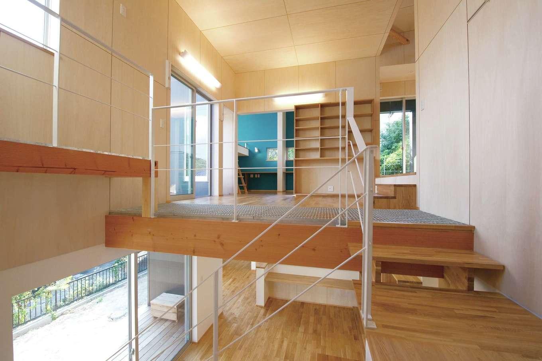 m+h(エムアンドエイチ)建築設計スタジオ【デザイン住宅、狭小住宅、建築家】短い階段で部屋間をつなぐ多層階のスキップフロアを採用。狭小地でも空間をタテに伸ばすことができ、家族の気配を感じながら、開放的に暮らすことができる