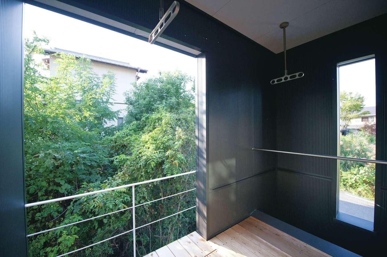 m+h(エムアンドエイチ)建築設計スタジオ【デザイン住宅、狭小住宅、建築家】天候を気にせず洗濯物が干せるインナーバルコニーは、共働き夫婦にとってはありがたい。緑の借景も楽しめる、お気に入りの空間