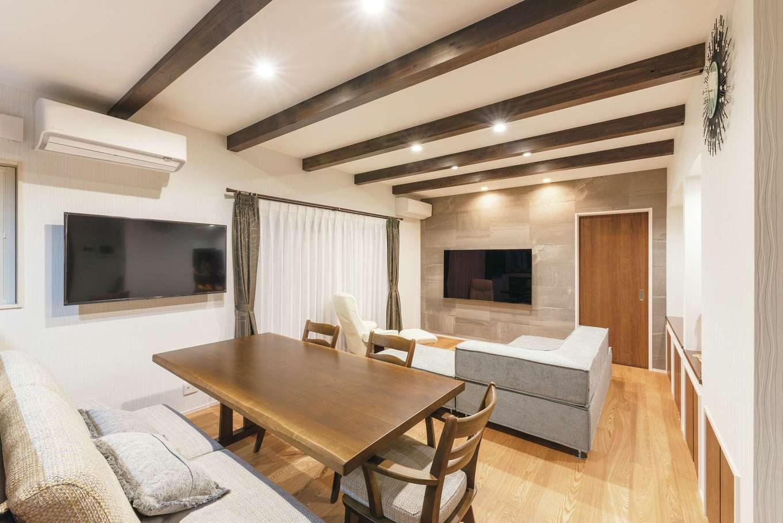 HOUSE PLAN(R+house沼津・伊東)【デザイン住宅、二世帯住宅、省エネ】LDKすべての床に床暖房を設置。正面の壁一面に調湿機能があるエコカラットを貼った。さらに奥に和室が続く