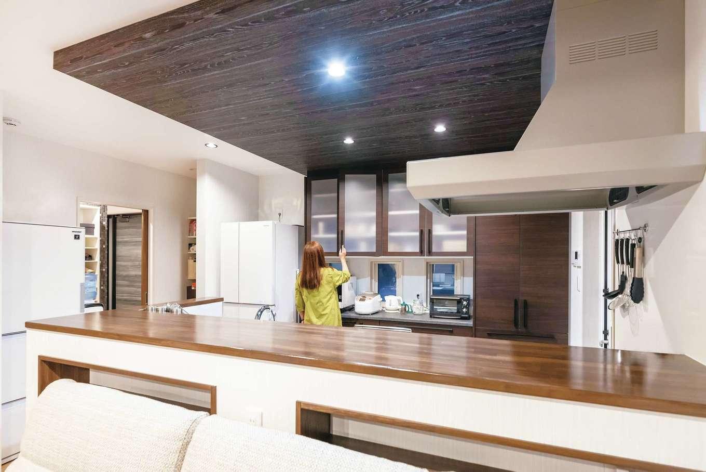 HOUSE PLAN(R+house沼津・伊東)【デザイン住宅、二世帯住宅、省エネ】毎日3人で夕食を作るTさん一家。楽にすれ違えるようキッチンとカップボードの間を広くとった