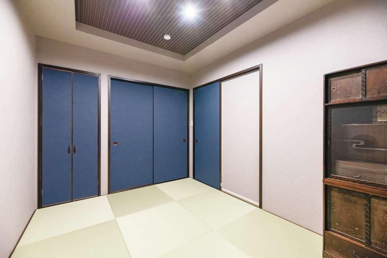 HOUSE PLAN(R+house沼津・伊東)【デザイン住宅、二世帯住宅、省エネ】リビングの奥にある和室。折り上げ天井がアクセント