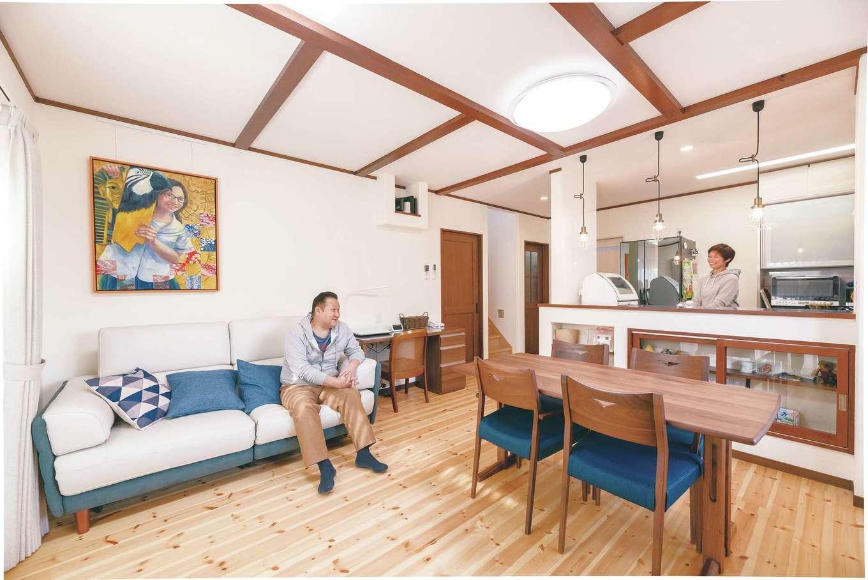 じゆうの家(藤田建設)【1000万円台、自然素材、間取り】LDKは、奥さまの要望を取り入れた化粧梁とカウンターのペンダントライトで、ホッと一息つけるお気に入りのカフェのような雰囲気に仕上がった。家族のくつろぎの空間だ