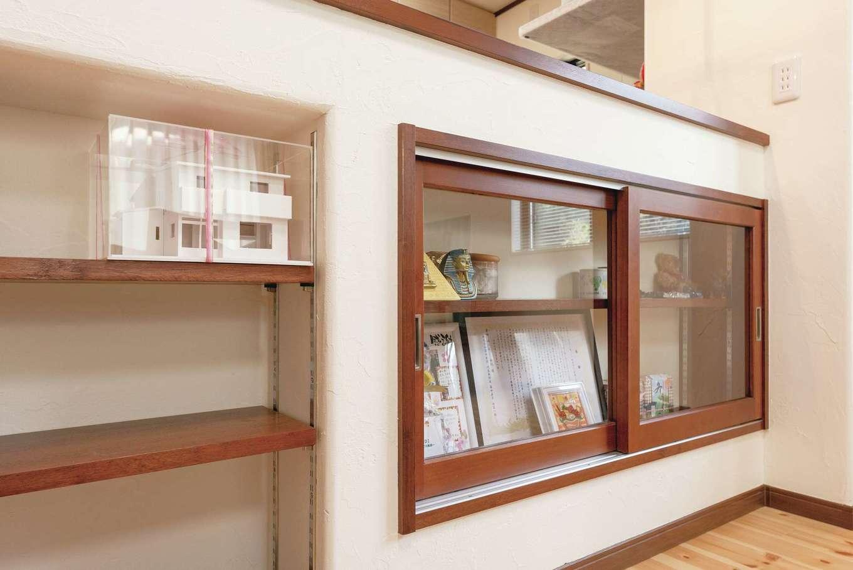 じゆうの家(藤田建設)【1000万円台、自然素材、間取り】キッチンカウンターの下は、オープンシェルフの他ガラス戸付きの収納も。ここには家族の記念になる品々が並べられている