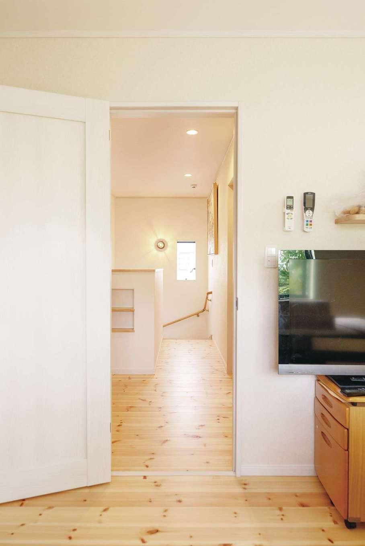 じゆうの家(藤田建設)【1000万円台、自然素材、間取り】2階のフロアも無垢のパイン材を用いて、明るい印象に。階段の壁面にもニッチを設けた
