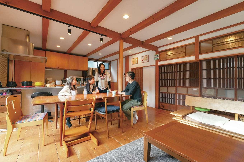 加藤忠男(加藤建築)【デザイン住宅、和風、自然素材】単に古い建具を取り入れるのではなく、自然素材のあたたかみや空間の大らかさに違和感なく溶け込んでいることがポイント。インテリア性の高いキッチンとの調和も見事に図られている。床は35mmの厚みをもつ幅広のスギ、壁や天井は調湿・消臭作用のあるホタテパウダーの塗り壁。7年ほどが経過し、アンティークのダイニングテーブルがさらにマッチする空間へと味わいを深めている