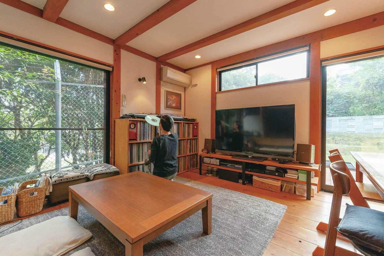 加藤忠男(加藤建築)【デザイン住宅、和風、自然素材】周囲の環境を活かした設計がなされている。デッキと庭が広さ、豊かさを演出