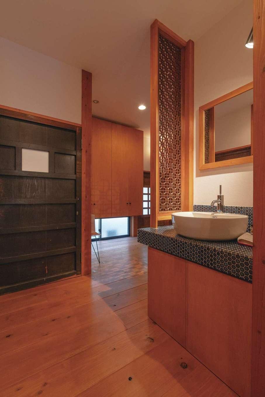 加藤忠男(加藤建築)【デザイン住宅、和風、自然素材】手洗いコーナーにはモザイクタイルを採用。1階はトイレまで古い建具で統一