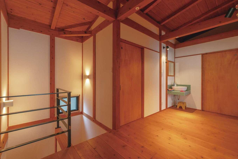 加藤忠男(加藤建築)【デザイン住宅、和風、自然素材】洗濯物が干せるよう2階ホールは広めに。アイアンの手すりがアクセント
