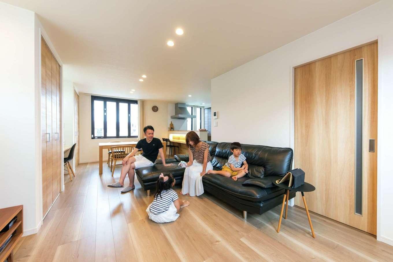 五朋建設【間取り、デザイン住宅、高級住宅】壁面に収納とTVボードとPCカウンターを凹凸なく一列に配置したことで、すっきり・広々としたLDK空間を実現。高気密・高断熱で家中が年中快適