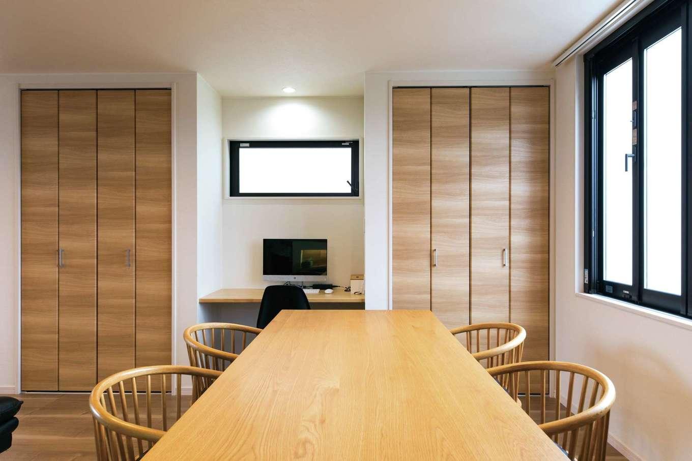 五朋建設【間取り、デザイン住宅、高級住宅】ダイニングは奥さまがママ友を招いてパン教室を開けるようにスペースを広くとり、大きなテーブルを配置。窓からは富士山が見える