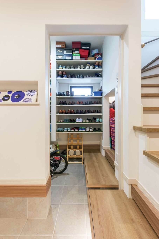 五朋建設【間取り、デザイン住宅、高級住宅】玄関のシューズクローク。階段下のデッドスペースを利用してアウトドア用品をしまう棚も確保