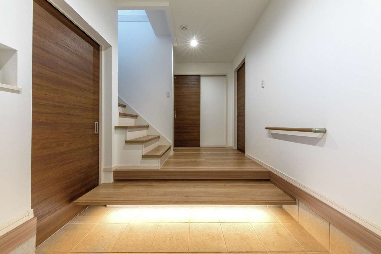 五朋建設【間取り、デザイン住宅、高級住宅】広さにこだわった玄関。土間の間接照明がスタイリッシュ