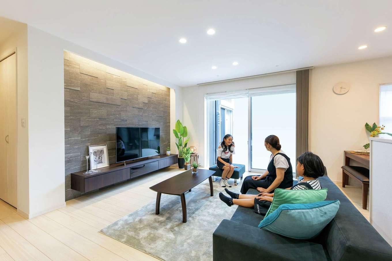五朋建設【デザイン住宅、収納力、間取り】LDKはシンプルモダンで洗練された空間。「しまうものの住所を決めて収納を設けました」という奥さまの配慮で、室内はいつもスッキリ・キレイをキープ