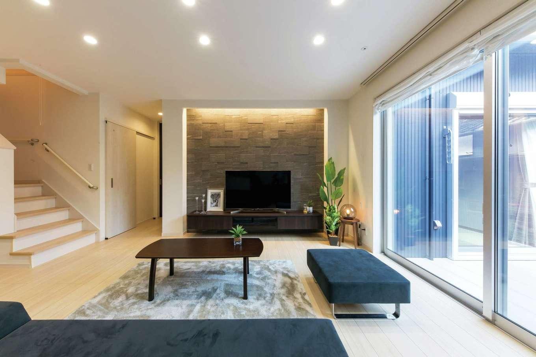 五朋建設【デザイン住宅、収納力、間取り】エコカラットの壁や間接照明が高級感を醸し出すLDK