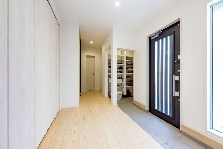 五朋建設【デザイン住宅、収納力、間取り】玄関にはシューズクロークと壁面収納を確保