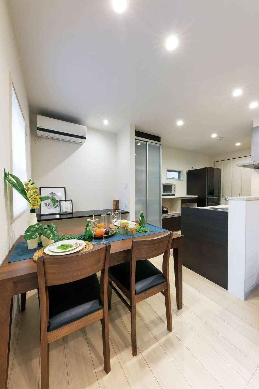 五朋建設【デザイン住宅、収納力、間取り】キッチンと横並びのダイニングは配膳や片付けが便利